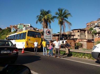Assalto a ônibus deixa ao menos dois baleados na BR-324