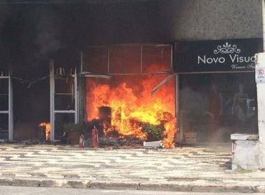 Incêndio destrói loja de flores artificiais em centro comercial na Pituba