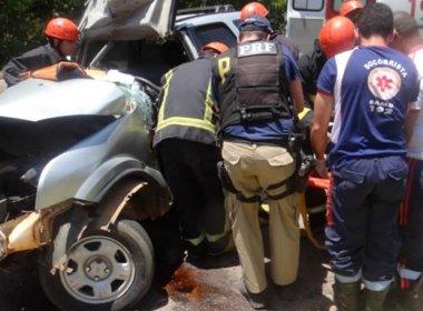 Mulher fica presa nas ferragens após colisão entre carro e carreta na BR-242
