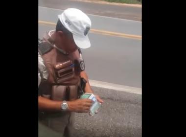 Caminhoneiro acusa policiais militares de cobrarem 'pedágio' na BA-093; veja vídeo