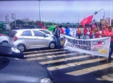 Manifestantes bloqueiam pista em frente ao Shopping da Bahia