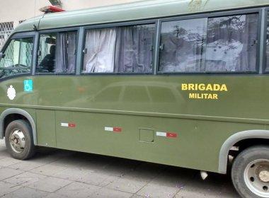 Polícia improvisa micro-ônibus em frente à delegacia para abrigar presos no RS