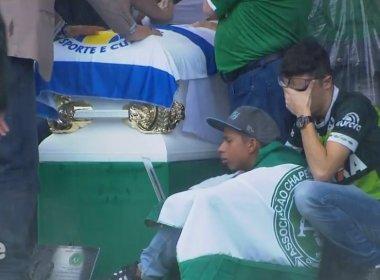 Arena Condá recebe corpos de vítimas sob gritos de 'O campeão voltou'