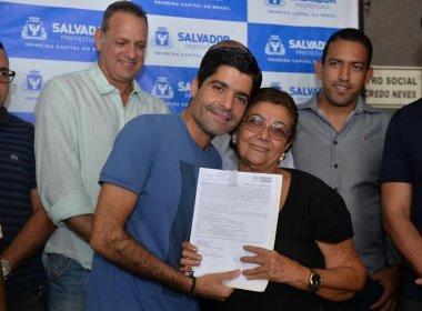 Prefeitura entrega 400 títulos de terra a moradores de Tancredo Neves