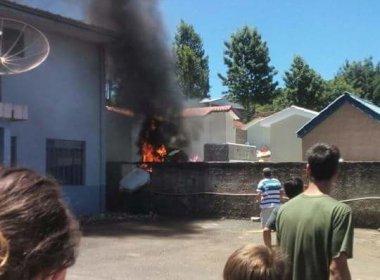 Avião de pequeno porte cai em cemitério e piloto morre no Paraná