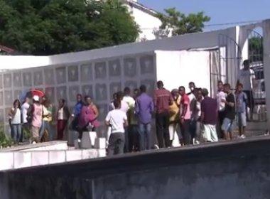 Corpos de amigos mortos no Jardim Nova Esperança são enterrados