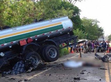 Gandu: Quatro pessoas morrem em colisão entre carro e caminhão de gasolina