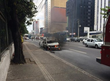 Carro pega fogo na Avenida Tancredo Neves na manhã desta segunda; não houve feridos