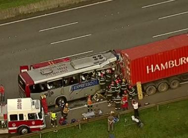 Acidente entre ônibus e caminhão deixa um morto e 20 feridos em SP