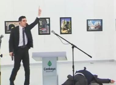 Fotógrafo que registrou assassinato de embaixador pensou que era teatro
