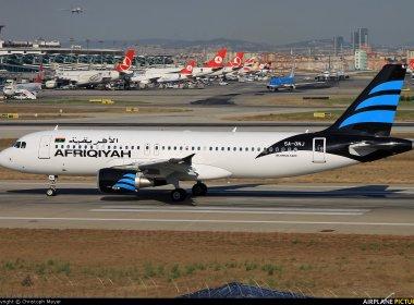 Avião com 118 pessoas a bordo é sequestrado na Líbia; imprensa informa ameaça de explosão