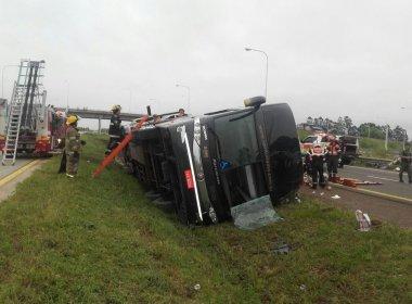 Ônibus brasileiro tomba na Argentina e deixa pelo menos dois mortos; 15 ficaram feridos
