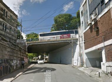 Homem invade área interditada e morre após pedra se soltar de viaduto em Salvador