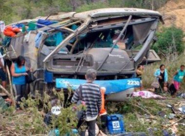 Acidente com ônibus de turismo deixa ao menos 6 mortos na BA 116