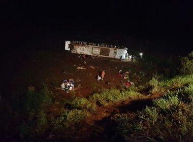 Dez pessoas morrem depois que ônibus cai da ribanceira em estrada no Paraná