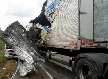 Colisão entre carretas e carro deixa quatro pessoas mortas na BR-101