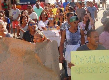 Estudantes de Mata de São João protestam contra suspensão de transporte universitário