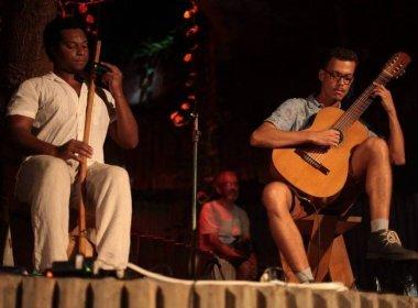 Duo B.A.V.I. promove experiência sensorial através de usos criativos do violão e berimbau