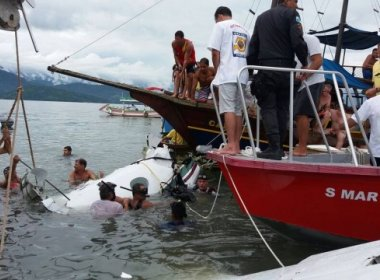 Equipe suspende buscas e vítimas de queda de avião continuam submersas em Paraty