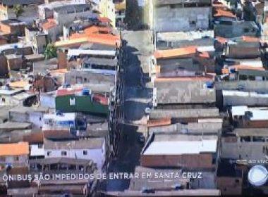 Moradores de Santa Cruz fecham rua com pneus e lixo; ônibus mudam final de linha