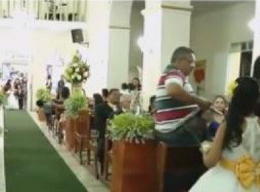 Homem invade casamento e atira contra convidados dentro da igreja; veja vídeo