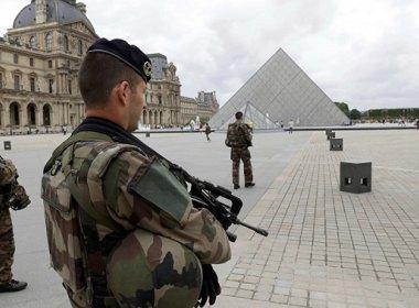 Homem tenta entrar no Museu do Louvre com uma faca e é baleado por policial