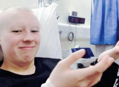 Jovem de 19 anos raspa cabelo e finge câncer para arrecadar dinheiro