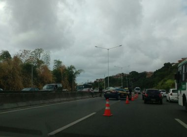 Acidente deixa ao menos duas vítimas na BR-324, sentido Salvador; trânsito está congestionado