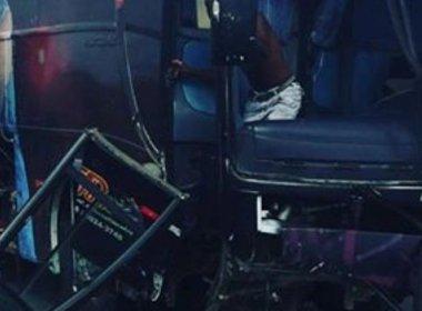 Ônibus que levava banda baiana para show se choca com carreta na BR-116