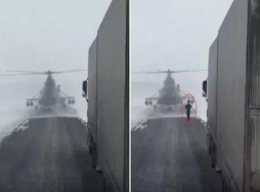 Piloto pousa helicóptero na estrada e corre até um caminhoneiro atrás de informações; assista