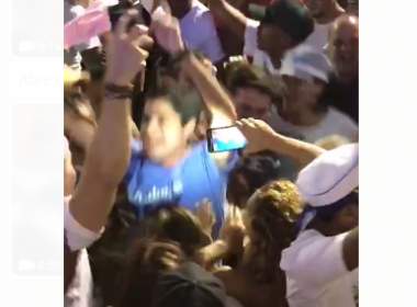 ACM Neto dança ao som do Alavontê em meio ao público no Furdunço
