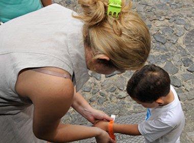 Carnaval: 1ª Vara da Infância e da Juventude distribui 50 mil pulseiras de identificação