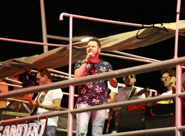 À frente do Cartão Postal, Sandro Coutto anima foliões na Barra