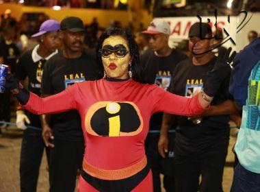 Ao som de Chico Buarque, bloco Mascarados sai do Farol da Barra