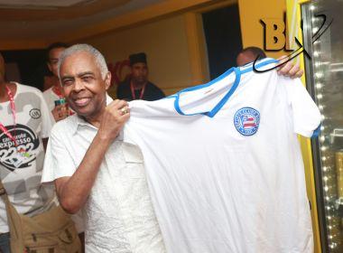 Gilberto Gil posa com camisa do Bahia no Camarote Expresso 2222