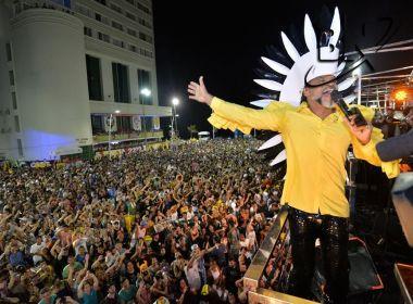 Carlinhos Brown é recebido por multidão para Arrastão da Madrugada