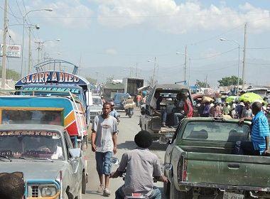 Motorista atropela e mata 34 pessoas e deixa 15 feridas em festival de rua no Haiti