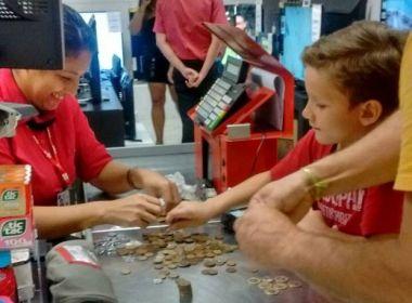 Menino de 7 anos junta moedas por seis meses e consegue comprar instrumento musical