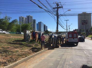 Viatura da Polícia Militar capota na Paralela; Pfem é encaminhada ao HGE