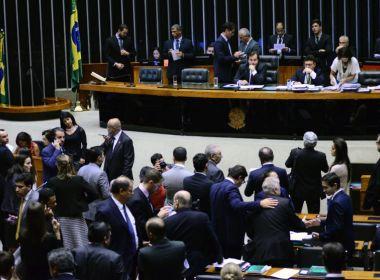 Depois de oito horas de sessão, Câmara aprova projeto das terceirizações