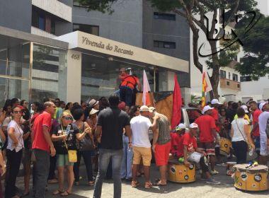 Manifestantes se reúnem em frente à condomínio onde mora Arthur Maia