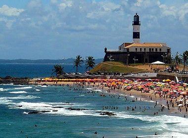 Jovem de 18 anos morre afogado na praia do Farol da Barra