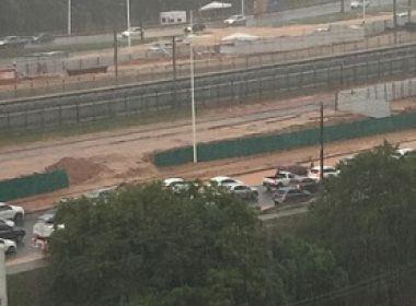 Chuvas: Obra do metrô despeja lama na Av. Paralela e gera congestionamento
