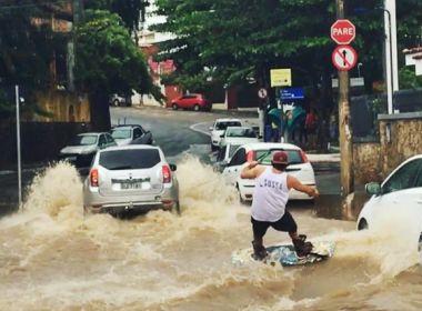 Atleta aproveita rua alagada e pratica wakeboarding no Rio Vermelho; veja vídeo