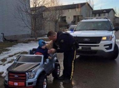 Menino de três anos é multado por dirigir 'rápido demais' no Canadá