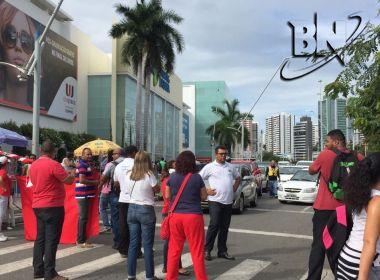 Com protesto em frente ao Shopping da Bahia, trânsito está travado na região