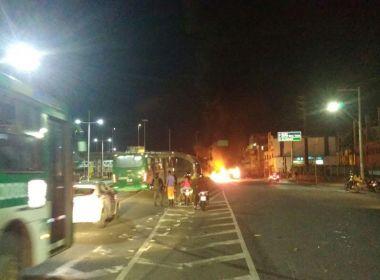 Manifestantes queimam dois ônibus em protesto contra operação da PM