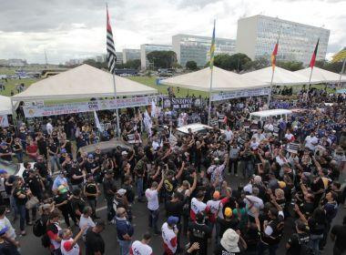 Policiais civis entram em conflito ao tentar invadir Congresso durante protesto