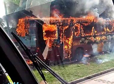 Doze ônibus são incendiados em Fortaleza e motorista fica ferido