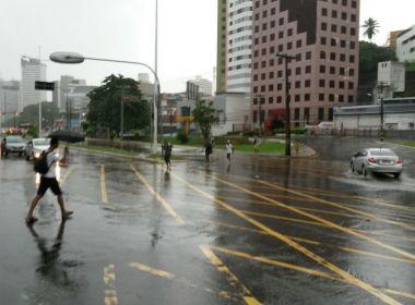 Salvador amanhece com chuva e alagamentos em começo de feriado de Tiradentes
